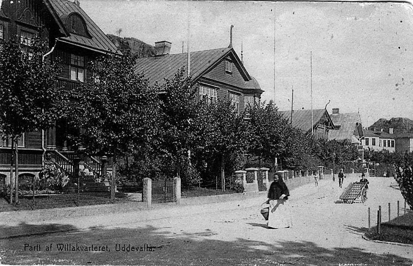 """Tryckt text på vykortets framsida: """"Uddevalla. Parti af Willakvarteret""""."""