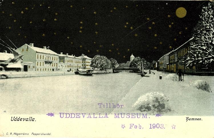 """Tryckt text på vykortets framsida: """"Uddevalla Hamnen"""".  ::"""