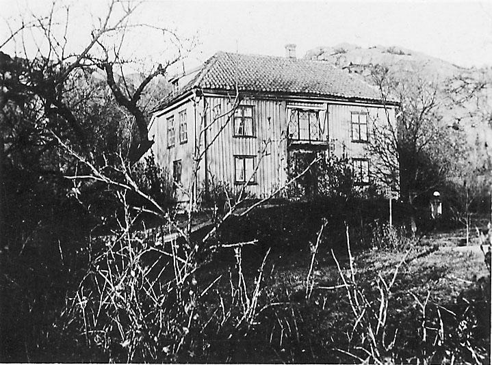 """Handskriven text på vykortets baksida: """"Fröken Stjernstams hus Vid Lagerbergsgatan""""."""