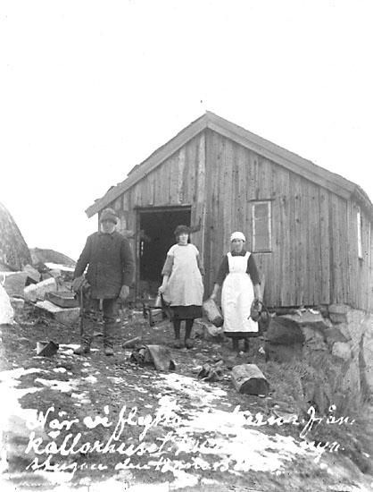 """Enligt noteringar: """"När vi flytta sakerna från källarhuset till ..... nya stugan den 18 ......18 mars 1925.  Johannes A., Lisa och Klara utanför snickarboden""""."""