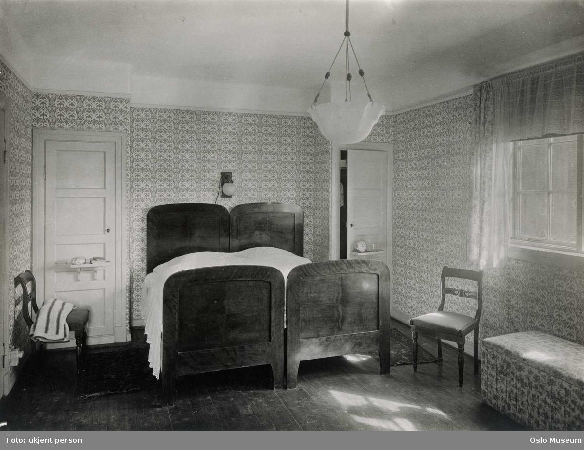 interi?r, soverom, dobbelseng, skap, nattbord, vindu, gardiner, lampe ...
