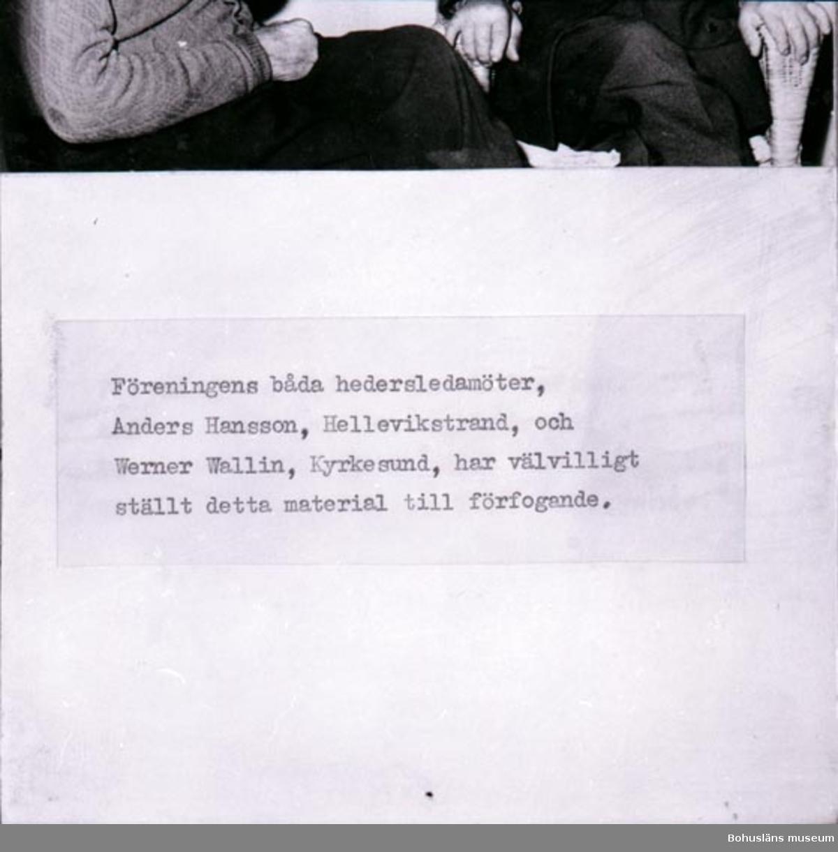 """Noteringar som medföljde bilden: """"Långaberedning. Franz Wittes och Co. i Lysekil. Pressbilder. Reprofotograferade från kopior hos Wittes i Lysekil. Gammal numrering R 56: R50-4. repro Film nr. på filmen 1-4.""""  Tryckt text: """"TEXT: """"Föreningens båda hedersledamöter Anders Hansson, Hellevikstrand och Werner Wallin, Kyrkesund, har välvilligt ställt detta material till förfogande.""""   Det finns 1likadant repronegativ."""