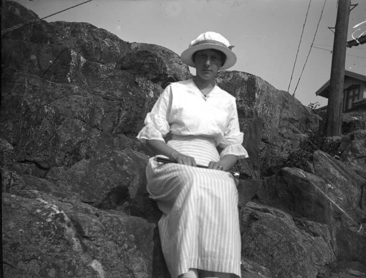 """Text till bilden: """"Kapten S. P. Petterssons fru""""."""