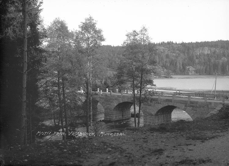 """Enligt text skriven på negativet: """"Motiv från Vassbotten, Munkedal."""" En textlapp: """"Bron vid Kasern Wassbotten tagit omkr. 1926"""""""