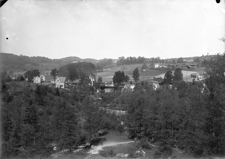 """Enligt fotografens noteringar: """"1932. 45 Villasamhälle från Möe. Hagane Gård längst bak."""""""