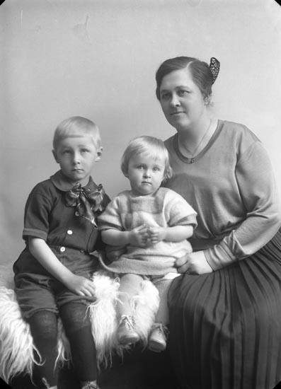 """Enligt fotografens noteringar: """"Fru Nanna Karlsson med söner gift med Folkskollärare Axel Karlsson. Lycke Skola i Foss socken."""""""