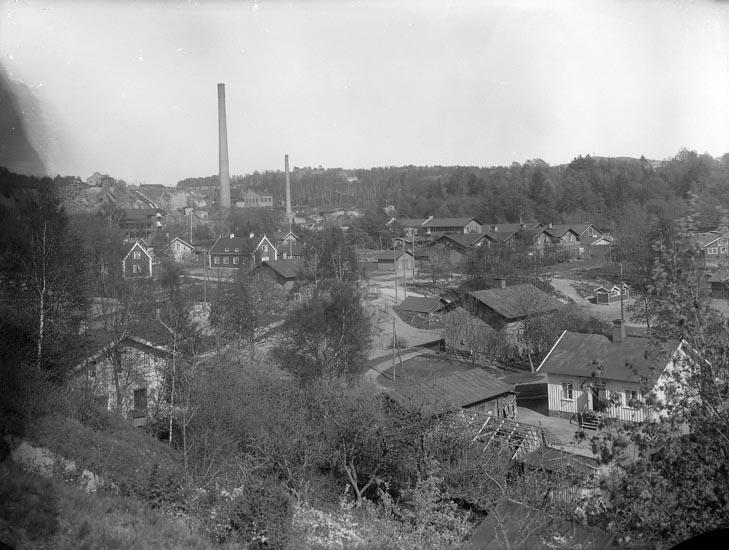 """Enligt fotografens noteringar: """"Gammal plåt af Munkedals fabrik med omnejd, troligen 1910 - 19 -"""""""