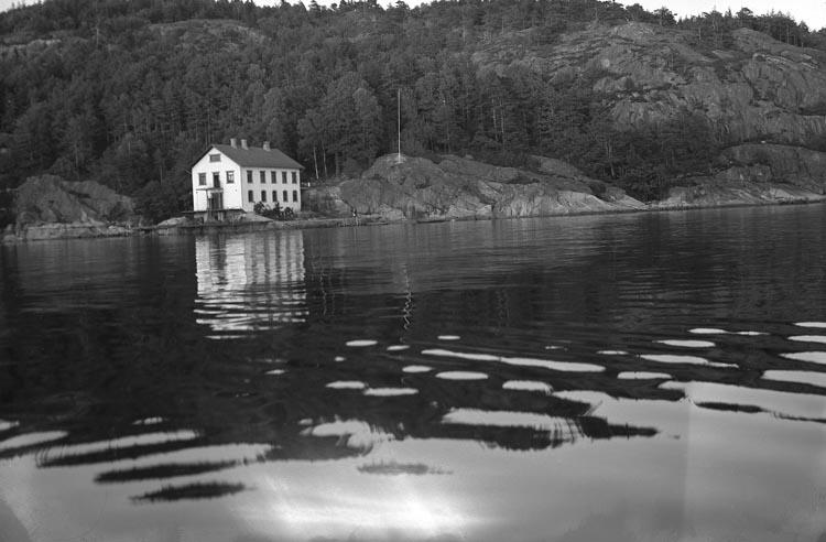 """Enligt fotografens noteringar: """"1936. Fiskestation vid Bornö Gullmarsfjorden""""."""