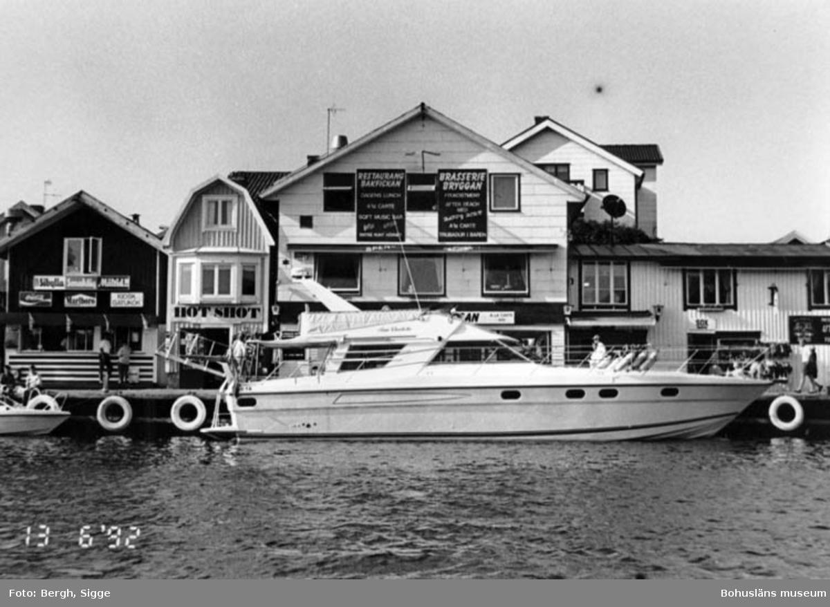 """Enligt text på fotot: """"Fritidsbåt modell större i Smögen 1992""""."""