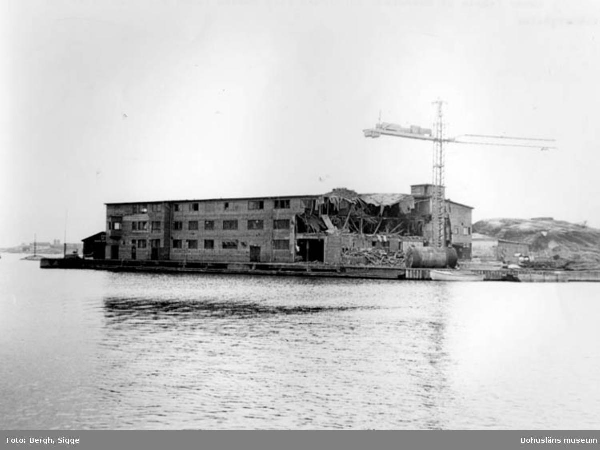 """Enligt text på fotot: """"Abbas fabrik på Rösholmen Kungshamn rivs numera finns här lägenheter för sommargäster""""."""
