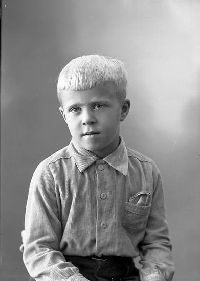 """Enligt fotografens journal nr 7 1944-1950: """"Åkerström, Lennart Svanesund""""."""