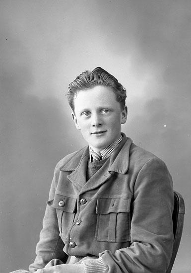 "Enligt fotografens journal nr 8 1951-1957: ""Pettersson, Stig Ottestala Svanesund""."