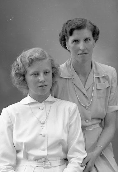 "Enligt fotografens journal nr 8 1951-1957: ""Hermansson, Fr. Astrid Stenungsund""."