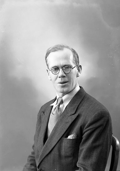 "Enligt fotografens journal nr 7 1944-1950: ""Andersson, Herr Hans Stenung Här""."