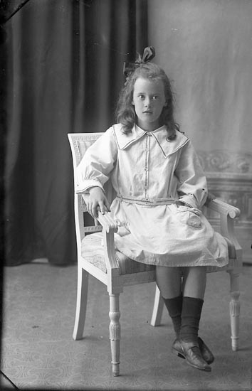 """Enligt fotografens journal Lyckorna 1909-1918: """"Margareta Frick, Marihill L-a Lyckorna""""."""