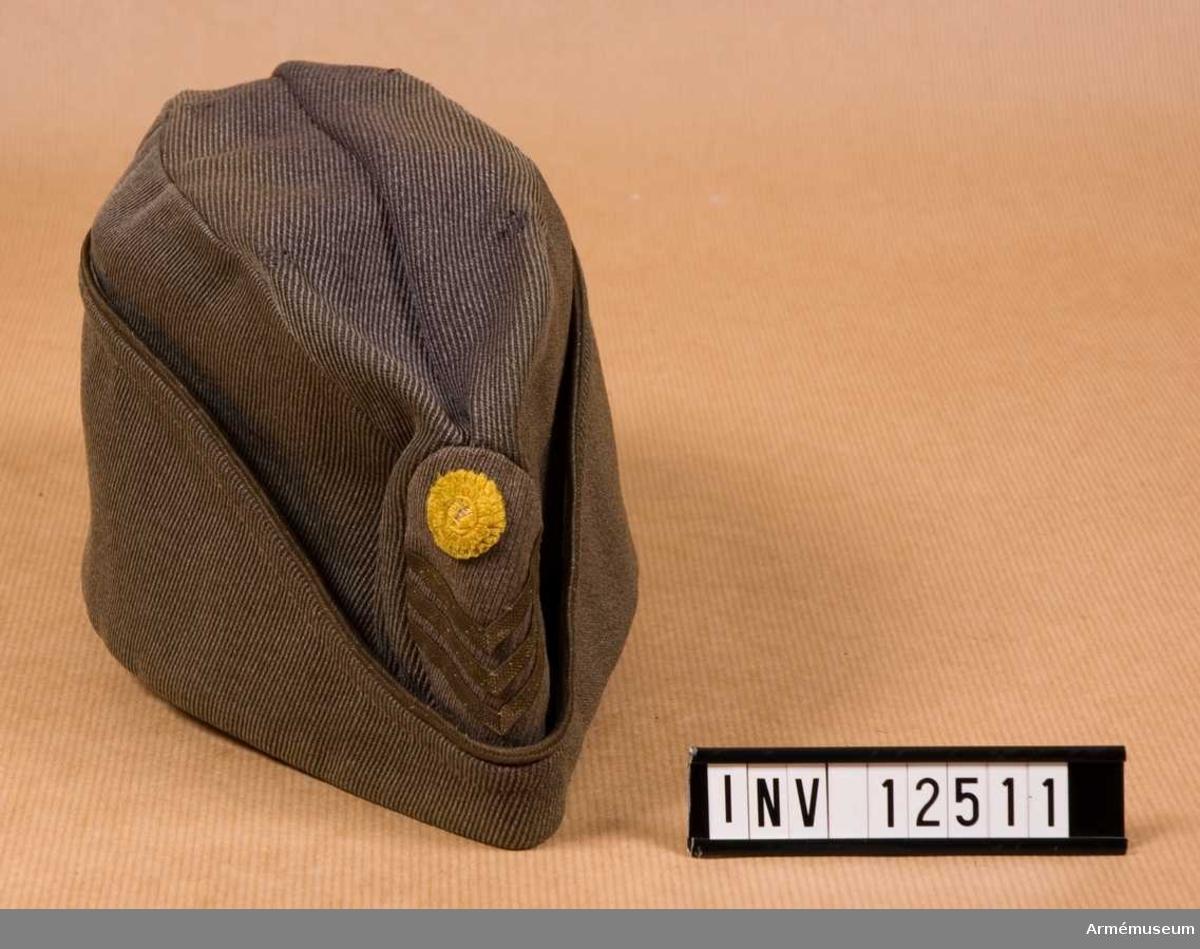 Grupp C 1. Med gradbeteckning m/1939. Utan officersknapp. Gåva av kapten och fru Lilliehök, Svärdsta säteri.