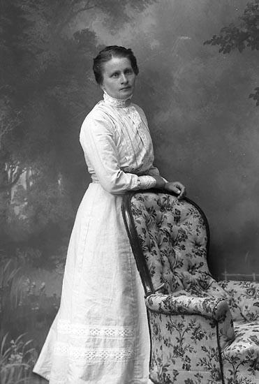 """Enligt fotografens journal Lyckorna 1909-1918: """"Andersson Sofia Ljungskile""""."""