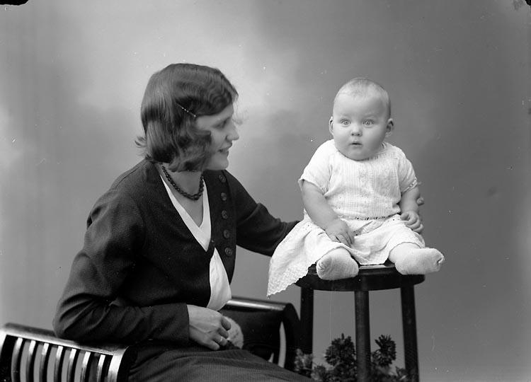 """Enligt fotografens journal nr 6 1930-1942: """"Andersson, Fru Sonja Lassharmmar Här""""."""