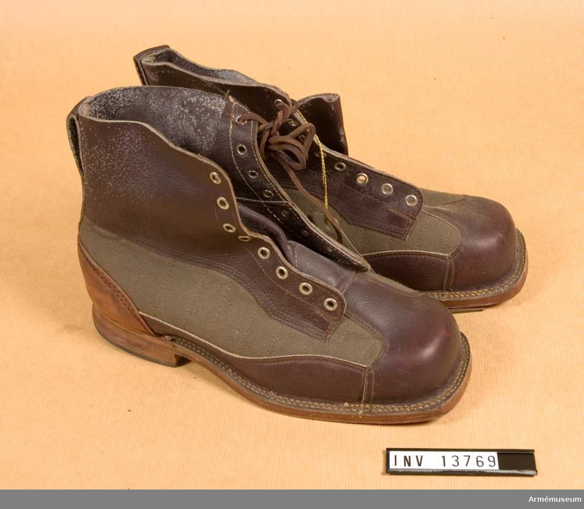 "Grupp C I. Av filt. Sula av läder. Märkt ""K S 1942""."