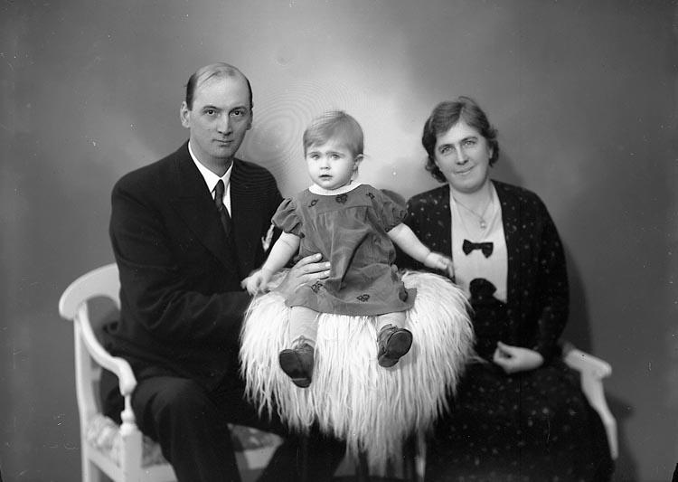 """Enligt fotografens journal nr 6 1930-1943: """"Larsson, Magister Kyrkenorum""""."""