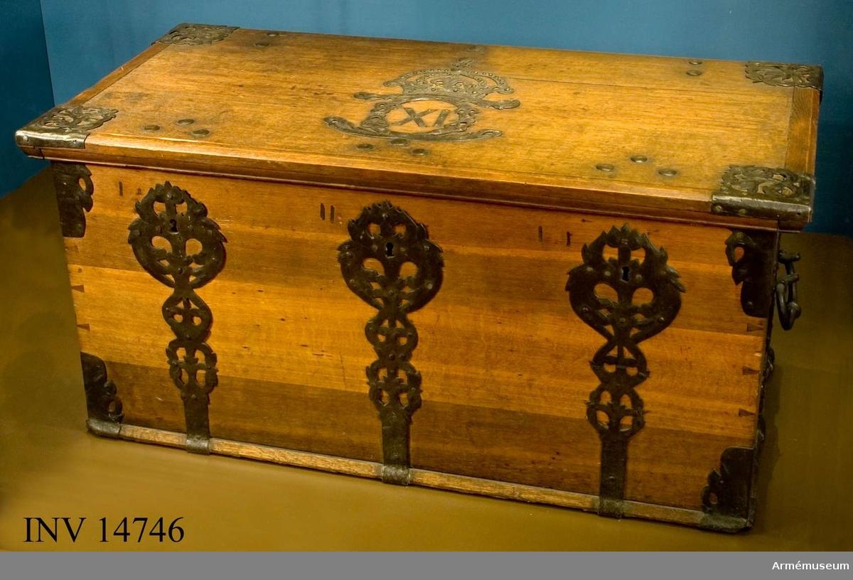 Grupp I IV.  Omålad. På locket bildar beslag Karl XI:s krönta namnchiffer. Tre fasta lås med två nycklar.