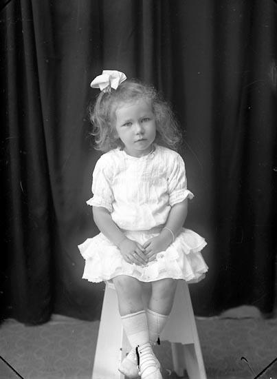 "Enligt fotografens journal Lyckorna 1909-1918: ""Inga-Maja Nygren Ljungskile""."