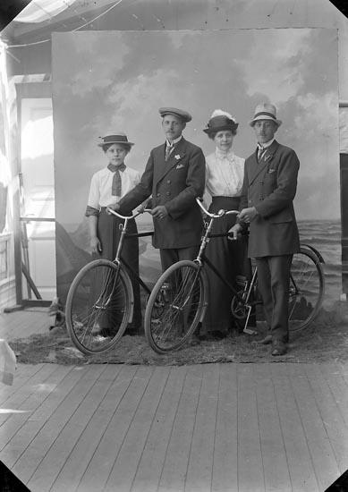 """Enligt fotografens journal nr 2 1909-1915: """"Olsson, Anders, Kärr, Stenungsund""""."""