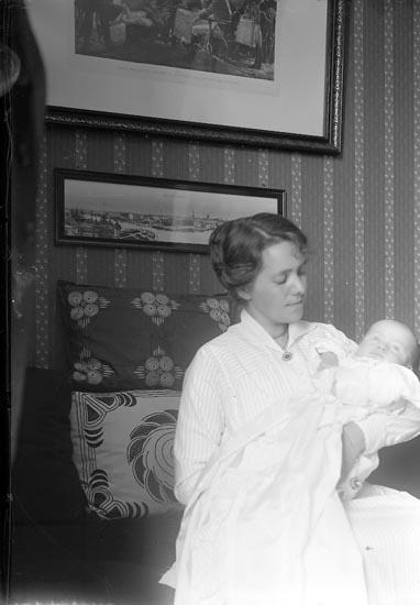 """Enligt fotografens journal nr 2 1909-1915: """"Svensson, Stationsinspektor Här""""."""