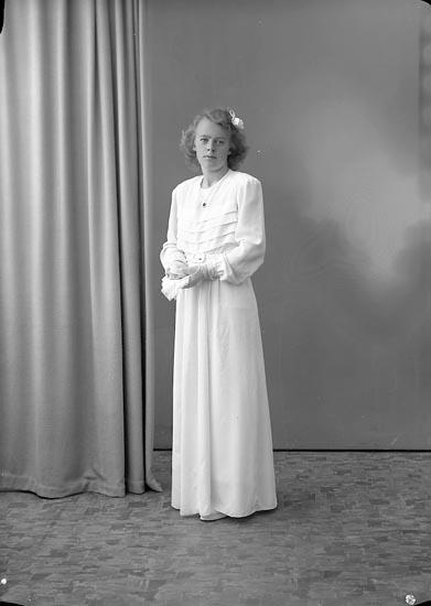 """Enligt fotografens journal nr 7 1944-1950: """"Martinsson, Lilly Hagalund Ödsmål""""."""