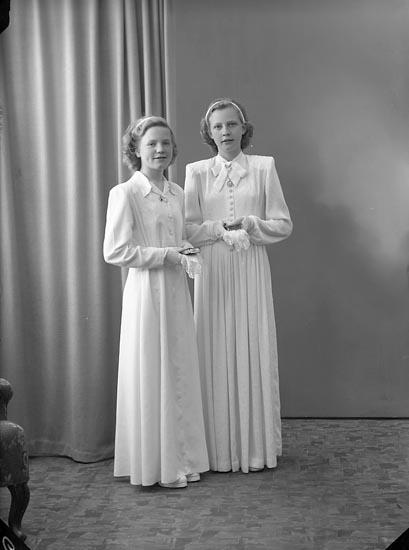 """Enligt fotografens journal nr 7 1944-1950: """"Karlsson, Barbro o Elsie Oskarsson""""."""