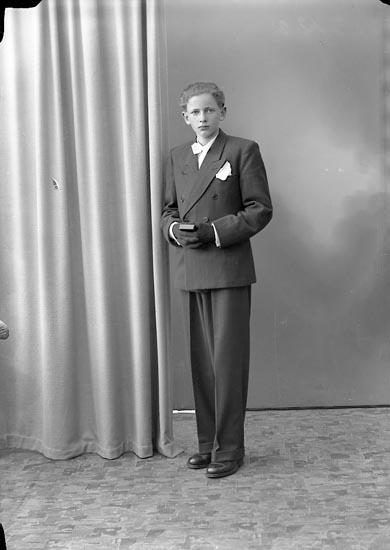 """Enligt fotografens journal nr 7 1944-1950: """"Henriksson, Bertil Åbacka Ödsmål""""."""