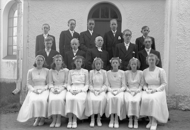 """Enligt fotografens journal nr 7 1944-1950: """"Konfirmanderna Spekeröd"""". Enligt fotografens notering: """"Kyrkoh. Johnsson Konfirmanderna i Ucklum o Spekeröd""""."""
