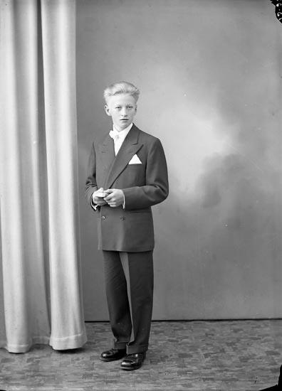 """Enligt fotografens journal nr 8 1951-1957: """"Carlsson, Rolf St. Höga""""."""