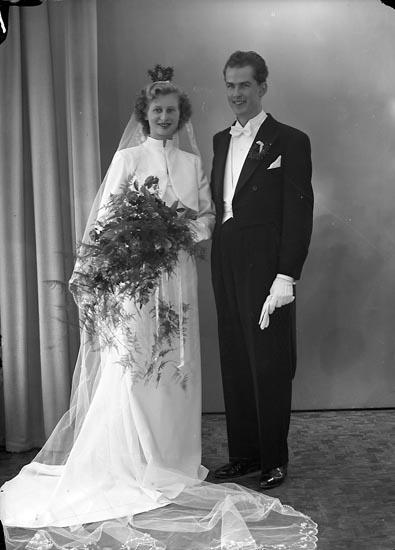 """Enligt fotografens journal nr 8 1951-1957: """"Runestam, Kurt Erik Brudp. (? Högvall) Här""""."""