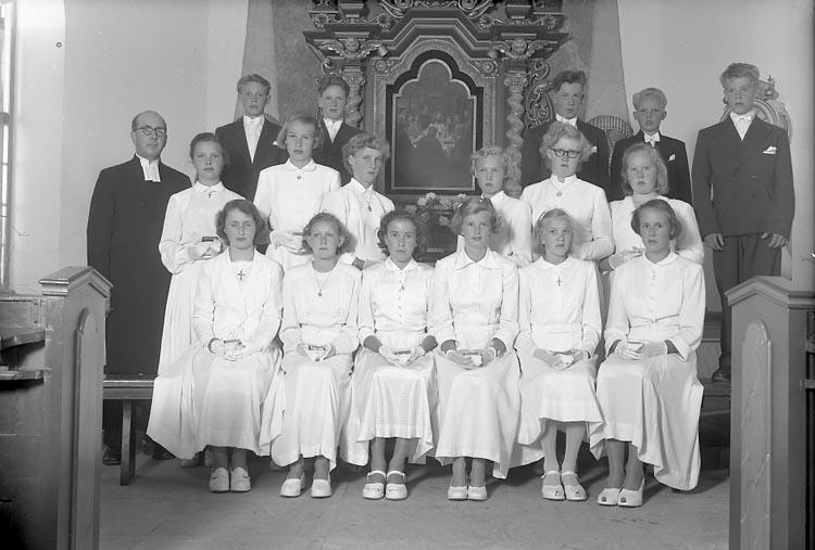 """Enligt fotografens journal nr 8 1951-1957: """"Konfirmanderna, Komminister Nyblom, Jörlanda""""."""