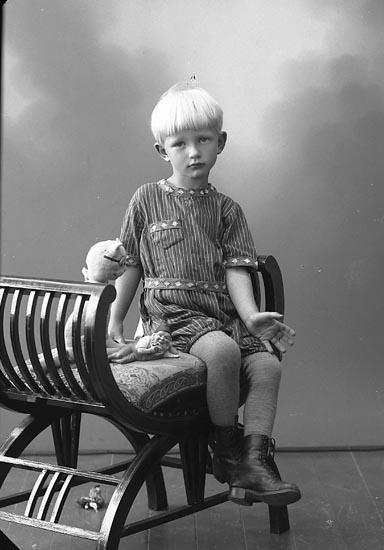 "Enligt fotografens journal nr 5 1923-1929: ""Simonsson, Stig Uppegård""."