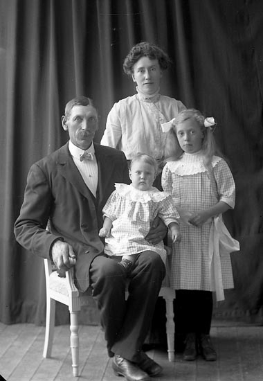 "Enligt fotografens journal nr 2 1909-1915: ""Pettersson, Karl, Bö, Svanesund""."