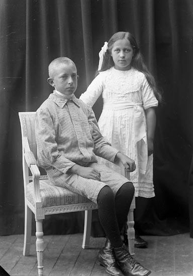 """Enligt fotografens journal nr 2 1909-1915: """"Karin Malte Isaksson Malte Här"""". Enligt fotografens notering: """"Malte o Karin Isaksson""""."""