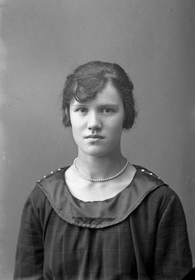 """Enligt fotografens journal nr 4 1918-1922: """"Andersson, Ingeborg Telefon, Här""""."""