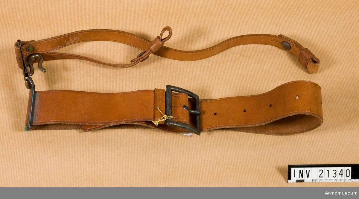 """Livrem m sabelkoppel, USA.Grupp C II.Av läder i naturfärg med järnspänne och ring med stämpel """"R.I.A."""", """"1909 T.C.C."""" Remmen har två koppel för sabel av samma läder, b:18 mm, som kopplas till livrem med karbin och en krok för att hänga sabeln. Alla metalldelar är av järn.Tillstånd 1956-01 gott.Enl kapten Granberg."""
