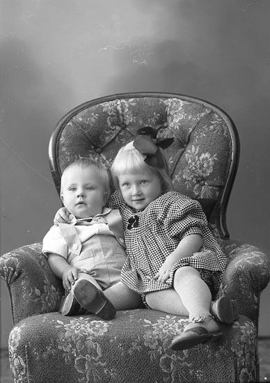 """Enligt fotografens journal nr 6 1930-1943: """"Strandberg, Märta Fru, Stenungsön""""."""