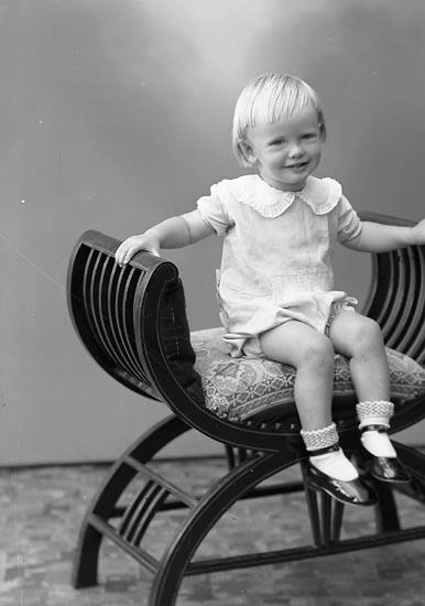 """Enligt fotografens journal nr 6 1930-1943: """"Johansson, Bo S. Houg Här""""."""