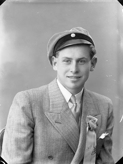 """Enligt fotograrens journal nr 6 1930-1943: """"Larsson, Per Stenungsgård Här""""."""