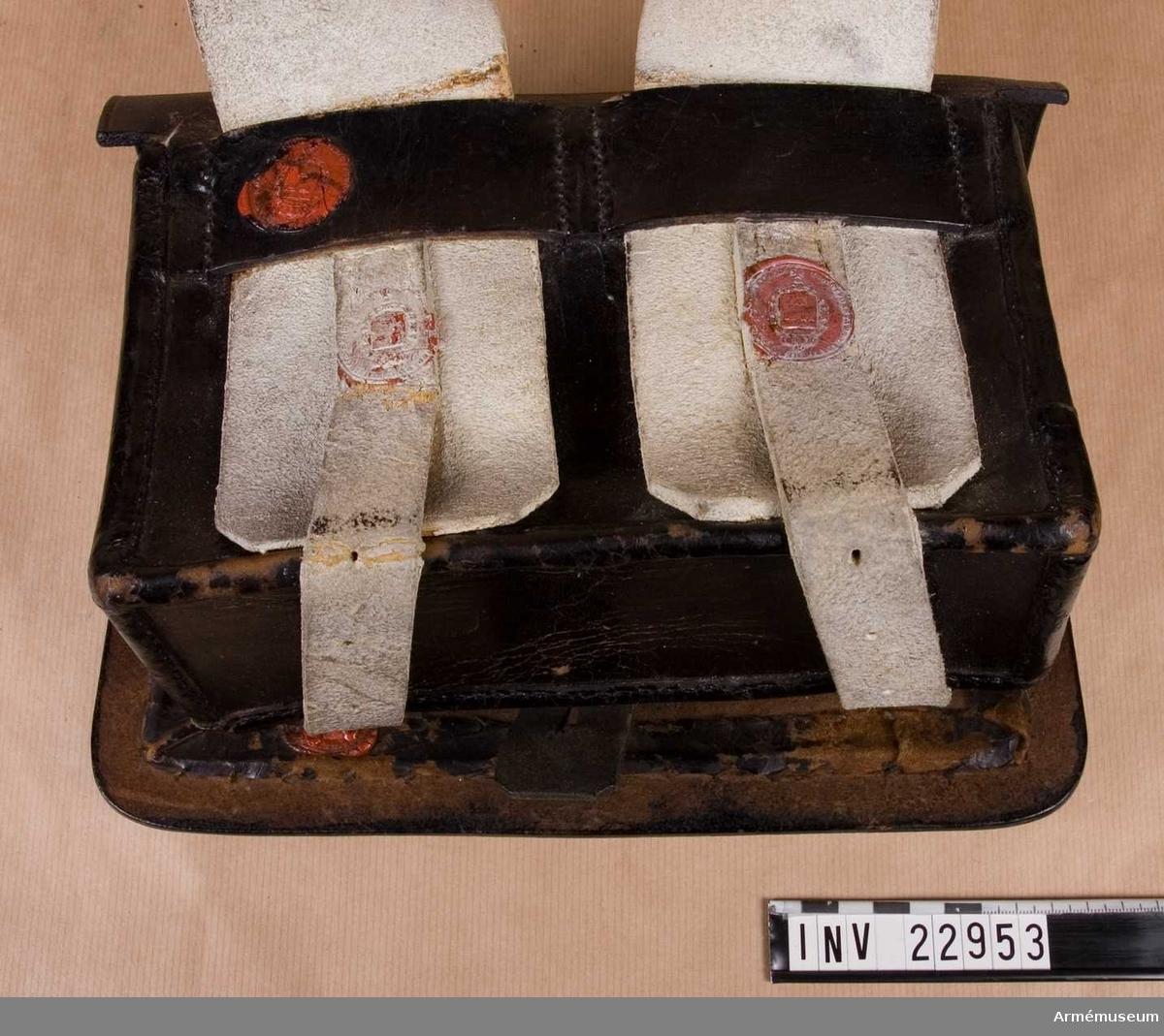 """Grupp C I. Ur uniform för manskap vid Smålands grenadjärkår 1832-45. Består av kollet, epåletter, byxor, tschakå, pompong, plym, skärp  halsduk, skor, damask, patronkök, bandolär huggare och axelgehäng. Patronköket fastställt enligt generalorder 23/10 1840 (infanteriet allmänt) Vidhängande modellapp: """"Modell å Bandoler för Indelta infanteriet och Bevärings manskapet, at Kongl. Maj:st i Nåder gillad och fastställd genom Generalordres af denna dag, No 267. Stockholms Slott den 23 Oktober 1840. På Nådigste Befallning M. Cederström Stats Råd och Chef för Landsförsvars Departementet."""""""