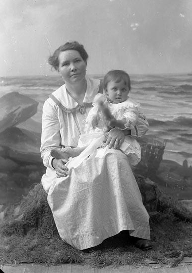 "Enligt fotografens journal nr 4 1918-1922: ""Olsson, Fru Ida Saxeröd J-da""."