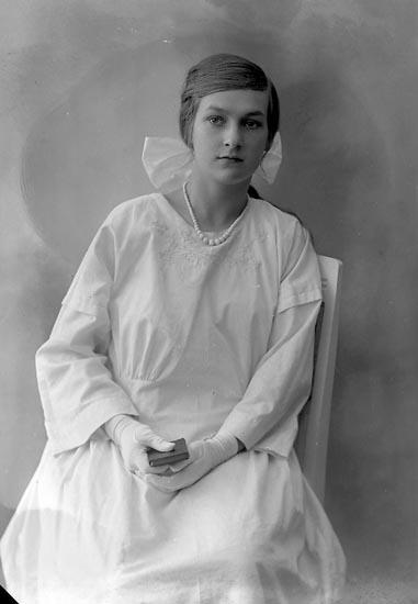 """Enligt fotografens journal nr 4 1918-1922: """"Helgesson, Rut Örröd Svenshögen""""."""