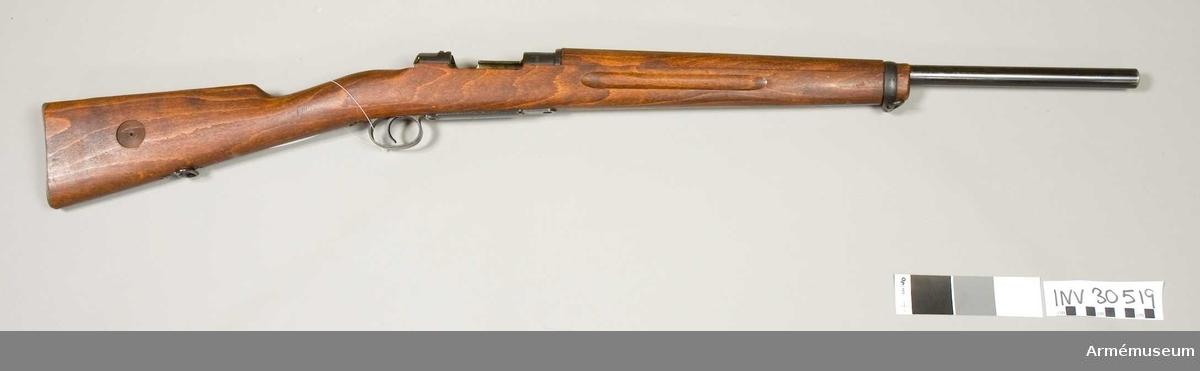 Grupp E II f.   Vapnet är kamrat för svenska 8 mm kulsprutepatroner m/1932 samt har ovanligt tjock, 60 cm lång pipa.  I övrigt liknar vapnet  AM.022336, men har aldrig haft några siktmedel.  Geväret torde ha varit avsett för ammunitionsprovning.  På lådans vänstra sida står 29/34 MAX och på hävarmsknappen 26/34.  På flertalet av vapnets övriga delar är numret 26 inslaget.Se även AM.022342.