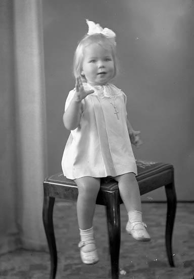 """Enligt fotografens journal nr 7 1944-1950: """"Hellandsjö, Kirsti Oslo""""."""