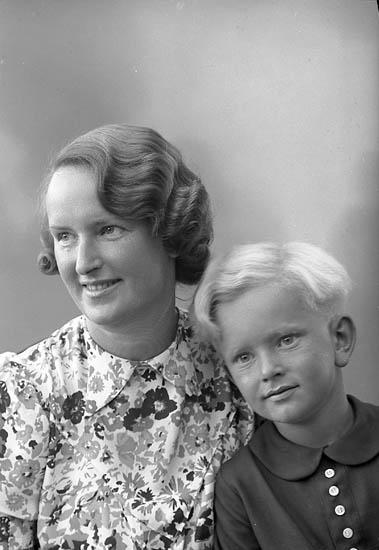 "Enligt fotografens journal nr 6 1930-1943: ""Düring, Fru Stenungsund""."