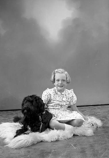 """Enligt fotografens journal nr 8 1951-1957: """"Ryde, Margareta o Elisabeth Stenungsund""""."""